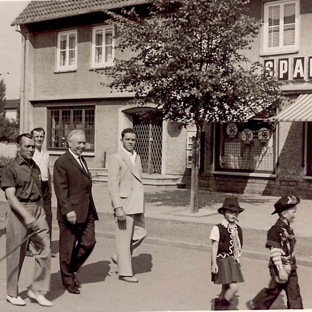 Umzug bei einem Siedlerfest der 60er Jahre